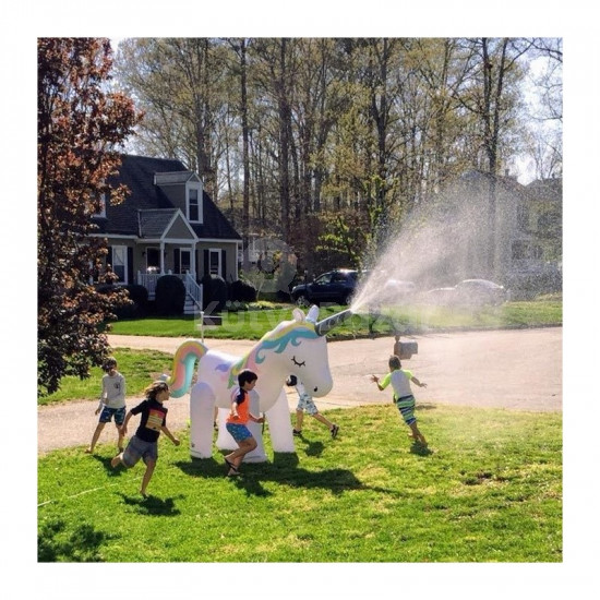Hatalmas felfújható vizet permeztező egyszarvú