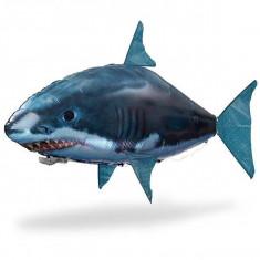 Távirányítós levegőben úszó cápa