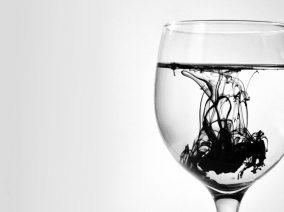Ezért ne igyál szűretlen csapvizet és palackozott ásványvizet