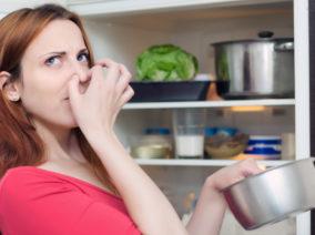 Így számolhatsz le a hűtőben terjengő bűzzel