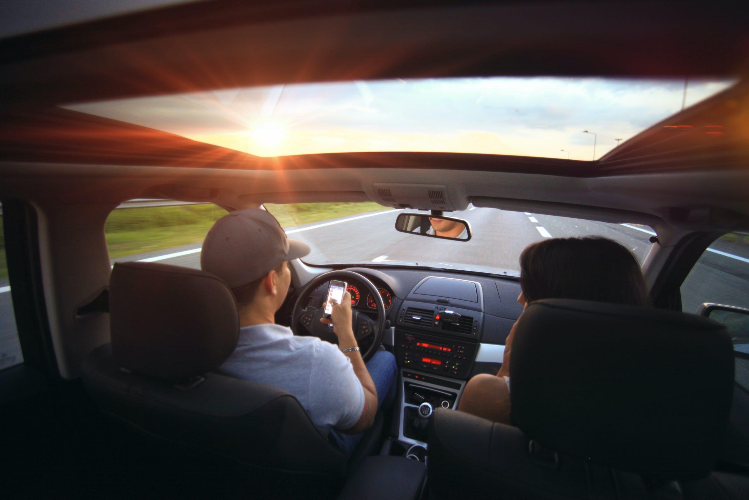 Mobiltelefontartók a kocsiba